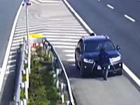 中国の高速道路の監視カメラに謎の動きをする3人組が映る。何をしているのかと思ったら?