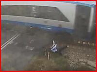 自転車で高速列車に特攻した男性もちろんはね飛ばされる。遮断機下りてたやろwww