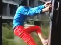 人身事故の瞬間を車内から。電車から身を乗り出してスリルを楽しんでいた男性。予想通りの展開に。