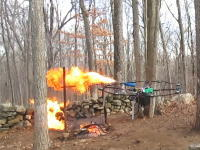 拳銃発砲ドローンを開発した人が火炎放射ドローンと消火ドローンを新たに作ったらしい。