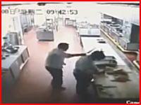 中国で撮影された厨房殺人事件の映像がヤバい(°_°)包丁でめった斬り。