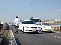 高速道路に車を止めて撮影を行うユーチューバー。渋滞をさらに酷くするwwwおいwww