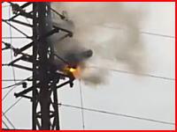 感電して弾かれなかった人はこうなってしまうらしい。電柱の上で焼け続けている「人」