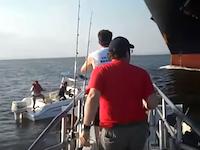 巨大タンカーの進路上で故障して動けなくなったプレジャーボートが!近くの釣り船から撮影されたドキドキ動画。