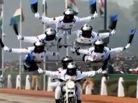 これタイヤどうなってるの。インドのバイク曲乗り隊が中国雑技団を超える勢いのアクロバットっぷり。