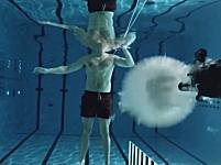水中で銃から発射された弾丸はほとんど進めない?自分を的に実験してみた動画。