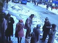 雪国で気を付けなければならない事「屋根雪崩」通行人が生き埋めになってしまう瞬間。