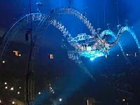 セットが凄いwww宙吊り回転ドラム台が故障してドラマーが逆さまのまま取り残されるww