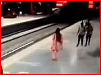 こんな場面には遭遇したくない。ホームをふらついてた女性が線路横たわり自殺。その瞬間。