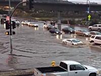 車高ベッタベタのランボルギーニで洪水で冠水した道路に挑んだ勇者のビデオ。