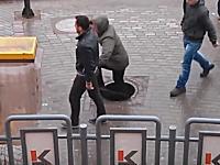 マンホールの蓋が危険すぎる(°_°)落ちていたらどうなっていたんだろう?世界のギリギリ動画。
