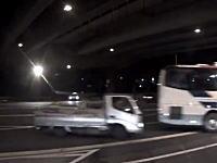 衝撃の瞬間。トラックと乗用車の正面衝突事故でドライバーがフロントを突き破ってポロリ。