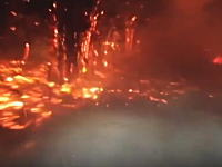 山火事と戦う消防士たちすげー。火の粉の舞う灼熱地獄に突入する消防車の車窓。