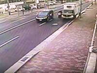 兵庫県伊丹市寺本3丁目で起きた事故の瞬間。こんな場合、路駐車は無罪なのかな?