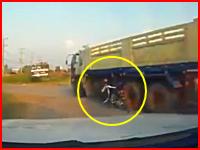 即死かな。大型トラックの左折に巻き込まれてしまったバイクのカップル(°_°)