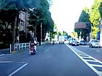 モロ突して一回転。スクーターの兄ちゃんが前を走るバイクに突っ込む瞬間のドラレコ。