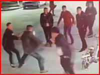両手に包丁を持ってブスブス(°_°)中国の酔っ払い殺人の映像が怖すぎる。一人死亡。