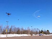 飛行中のドローンを捕らえる方法を色々な機関が研究しているらしい。アメリカMTUが考案した方法がこちら。