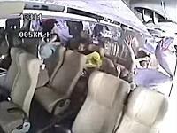 バスが横転した時の車内映像。一斉にぶっ飛ばされる乗客たち。やっぱりシートベルトは必要。