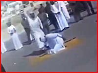 何度見ても凄い切れ味。サウジアラビアの公開処刑「斬首」片手で首を落とす死刑執行人。