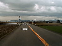 これだけ見通しの良い道でなぜ事故に。福井の郵便屋さんぶっ飛ばされ事故のドラレコ映像。