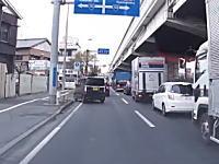 なんだこいつら。川崎市の県道6号線で撮影されたありえない道を行く2台の車(°_°)