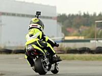 ちびっこレーサー。2歳のオートバイライダーと4歳のカートドライバーによる対決。