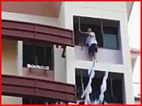 飛び降り自殺の瞬間。マンションの最上階から身を投げた男性の映像。