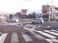 すっげえシュールな映像だけどワロタ。交差点右折に失敗した車がなんだかちょっぴりキュート☆
