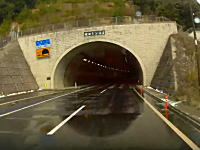 雪が降った後のトンネル内はこんな危険があるらしい。一つ賢くなるドラレコ動画。