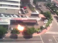 インドネシアの首都ジャカルタ中心部で数回の爆発が起き4人が死亡。その爆発の瞬間。