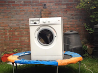 荒ぶる乾燥機をトランポリンの上でやってみたらどうなる?こうなります動画。