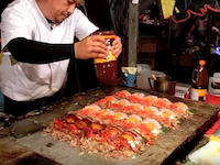 プロの屋台。海外で人気動画になりそうな日本のお好み焼き屋台の職人さん。