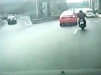 無理した車に引っ掛けられたスクーターのお姉ちゃんがガードレールで(°_°)めちゃくちゃ危ない車載。