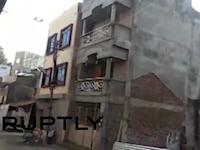 インドで3回建ての住宅が突然崩壊。その瞬間の映像が撮影される。コールハープル