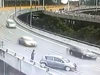 事故を起こして外に出ていた男性が突っ込んできた後続車を間一髪の神回避。