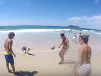 ブラジルでは犬もサッカーがうまい。お兄さんお姉さんのリフティングの輪に加わるワンちゃん。