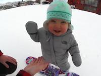 1歳2か月のスノーボーダーかわええ(*´Д`*)おしゃぶりを咥えながら滑ってるwww