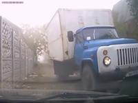 うまくすれ違えたと思ったのに(´°_°`)狭い路地でトラックに道を譲ったらまさかの展開に。
