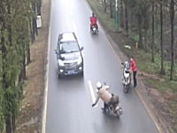 変な場所にバイクを止めていた女子のせいでバランスを崩して対向車と衝突したライダー。