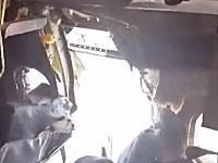 飛行中の旅客機で爆発が起き乗客1名が吸い出されれた事故の恐怖の機内映像が公開される。