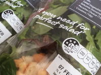 スーパーでサラダのパックを買ったら信じられない物が入っていた(°_°)話題の動画。