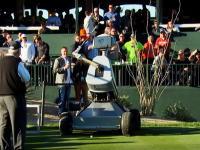 ロボットゴルファーがホールインワンを達成する。WMフェニックス・オープン。