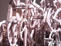 木製の歯車。400を超えるパーツで作られた芸工大生の作品「書き時計」が話題に。