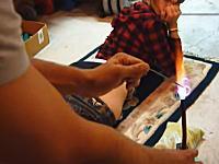 女の子のお尻に高温に熱した金具を押し当ててハート形の焼印を付けるビデオが(((゚Д゚)))