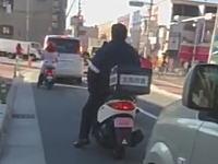 ネット動画で発覚。大阪府警のお巡りさんがノーヘルでバイクに乗って違反切符を切られる。