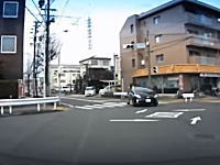 ノールック右折。交差点でどこ見て右折してんだお前ドライブレコーダー映像。