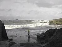 高波の様子を見に海岸に出ていた老夫婦が波にさらわれてしまう瞬間の映像。