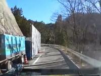 工事で片側通行になっている道路で正面から信号無視の車が突っ込んで来たら。ドラレコ。