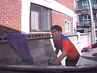 これは酷いwww洗車スタッフに特攻して車とブロックの間に挟んじゃったドラレコ。